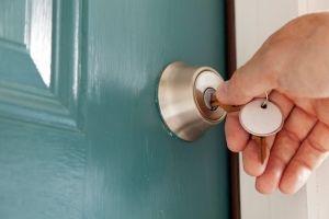 6 dicas essenciais para proteger sua casa durante uma viagem