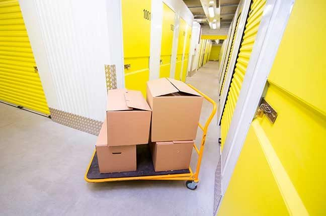 box de self storage com caixas