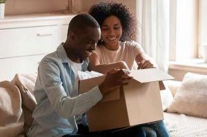 casal guardando itens em caixa